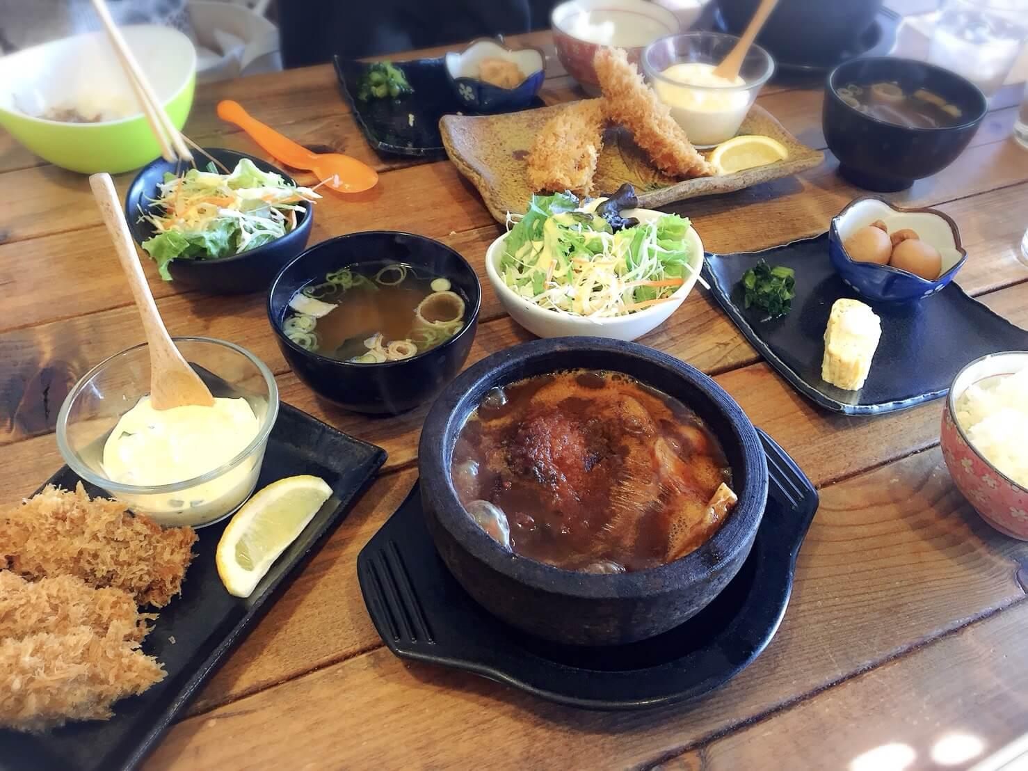 高槻市富田ランチにはる遊食堂の石焼ハンバーグ&海老フライが絶品です