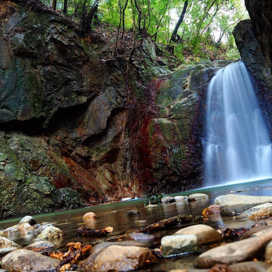 岸和田市の「意賀美神社」は優雅な雨降りの滝が美しいパワースポット