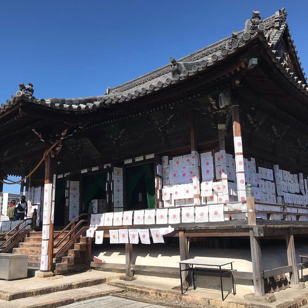 受験生の聖地「家原寺」は壁一面が願掛けの白いハンカチで覆われる学業成就の地