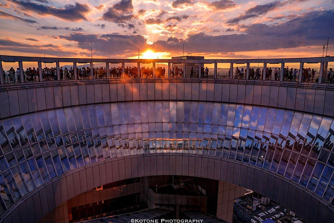 世界建築20位「梅田スカイビル空中庭園展望台」で大阪の夜景を一望